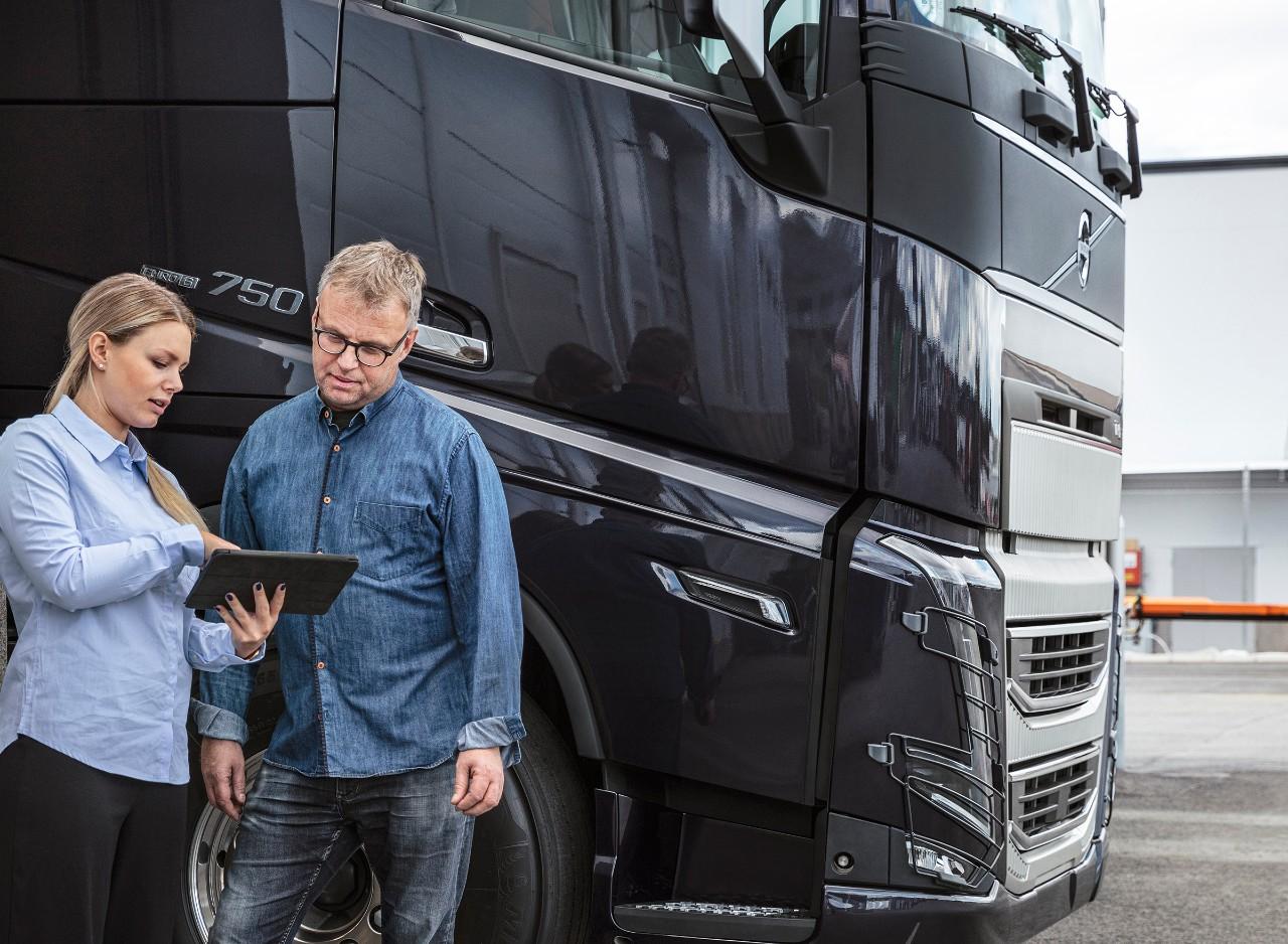 Mit Laptop arbeitend Volvo Connect